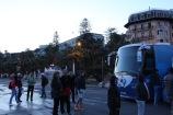 Près de deux heures après la fin de la Primavera, le vainqueur était toujours attendu à son bus par de fidèles supporters. (Crédit photo : Maxime Gil)