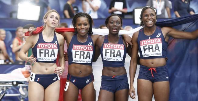 Céline Distel-Bonnet, Stella Akakpo, Myriam Soumaré et Ayodele Ikuesan savourent leur titre de vice-championnes du monde du 4 x 100 mètres. (Crédit Photo : FRANCK FIFE / AFP)