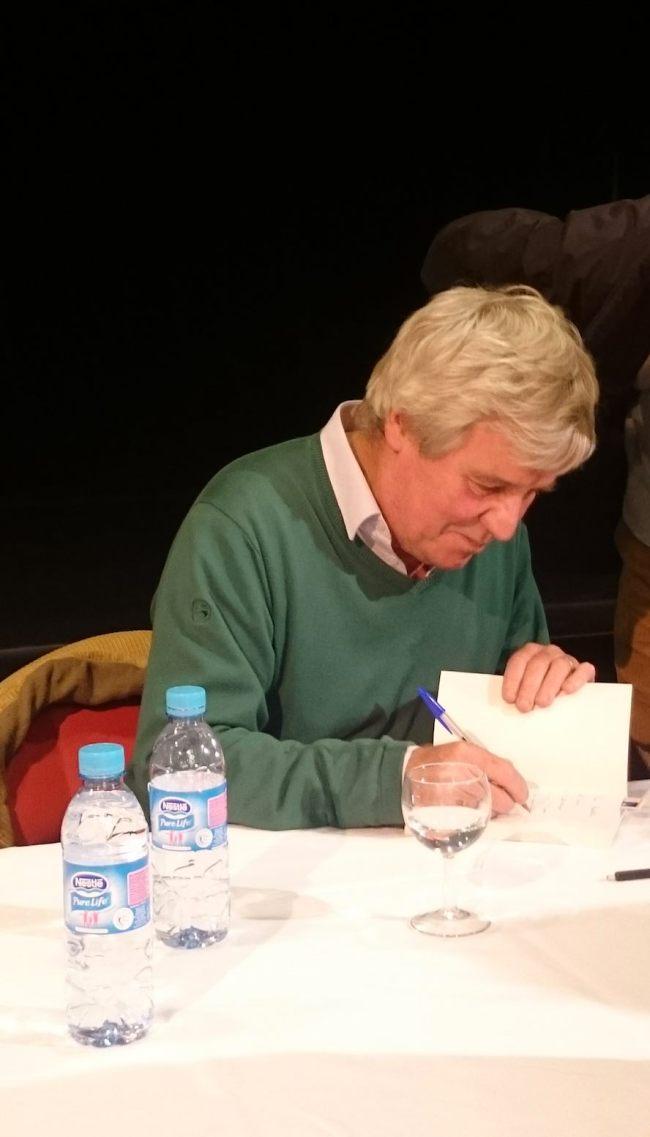 Bruno Masure signe des autographes pour son public, toujours au rendez-vous. (Crédit : Antoine Wernert)