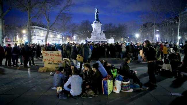 A Paris, des groupes de manifestants se forment pour échanger sur la société. (Crédit photo : Manifestants Nuit Debout / © Maxppp - Thomas Padilla)