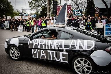 Les manifestants dénoncent la mort de plusieurs orques à Marineland, une mort prématurée qui serait due à leurs conditions de vie. (Crédit photo : Megan Martins)