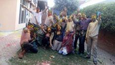 Les jeunes profitent de la fête des couleurs pour s'amuser en groupe. (Crédit : Twitter/@agarwalshaifali)