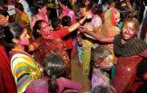 Ces dames se peignent avec de la poudre colorée tout en dansant. (Crédit : Twitter/@bilalfqi)