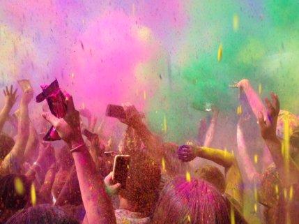 Durant la Holi, les poudres de couleurs sont jetées partout. (Crédit : Twitter/@InnerConflicts)