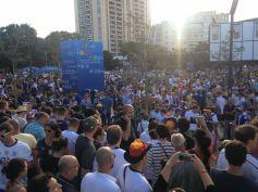 Quelques heures avant le match, des dizaines de milliers de supporters affluaient du rond-point du Prado vers le stade (Crédit : E.H.)