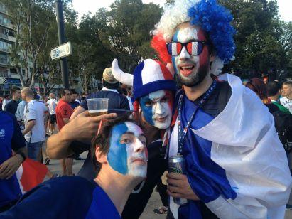 Les supporters ont sorti leur plus beau costume (Crédit : E.H.)