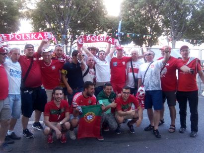 Supporters polonais et portugais chantent ensemble