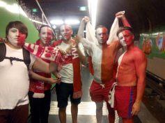 Dans le métro, les chants des supporters polonais résonnent