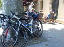 Les coureurs font étape à Bédoin avant de partir à l'ascenscion du Mont Ventoux
