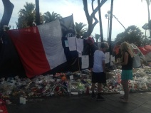 Plusieurs drapeaux français ont été déposés sur le lieu de recueillement. (crédit : Djenaba Diame)