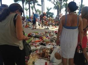Chaque jour des Niçois viennent rendre hommage aux victimes. (crédit : Djenaba Diame)
