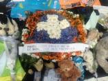 La protection civile des Alpes-Maritimes a laissé un bouquet en hommage aux victimes. (crédit : Djenaba Diame)