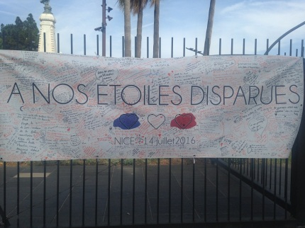 A l'entrée du Jardin Albert-Ier, une banderole sur laquelle des messages ont été laissés. (crédit : Djenaba Diame)