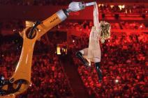 L'artiste américaine, Amy Purdy, danse avec une machine, un des moments fort de la cérémonie. (Crédit photo : AFP)