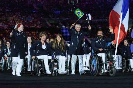 La délégation française lors du défilé. 126 athlètes bleus vont concourir dans 17 disciplines différentes. (Crédit photo : AFP)