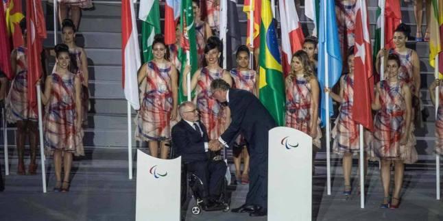 Carlos Arthur Nuzman, président du comité d'organisation de RIO 2016 salue Philip Creven, président du comité des Jeux paralympiques. (Crédit photo : AFP)