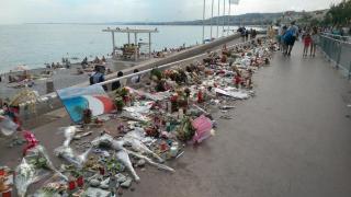L'attentat du 14 juillet a coûté la vie à 86 personnes. Aujourd'hui, les Niçois continuent de se recueillir sur la promenade des Anglais. (Crédit photo : Twitter/@vale__13 / @MatthewMpmbang)