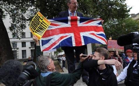 Le 24 juin 2016, le référendum a parlé pour le Royaume-Uni : c'est le Brexit qui l'emporte avec 51.9% des suffrages. Certains Britanniques n'ont pas hésité à afficher leur mécontentement envers cette décision. (Crédit : Twitter/@NewdawnEssex)
