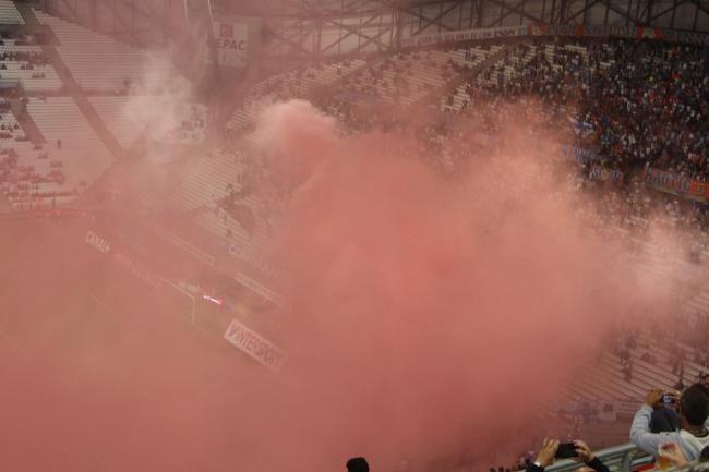 Le fumigène du virage Sud a plongé pendant quelques minutes le stade dans le rouge (Crédit photo: Loris Biondi)