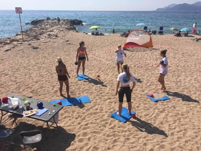 Sous le soleil, ces licenciées du club de handball «AS Cannes Mandelieu Handball» et adeptes du handfit s'entrainent. (D.R.)