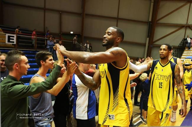 Les joueurs communient avec leur public venu nombreux pour l'événement (Crédit photo: Richard Denis -8ème ArtStudio)