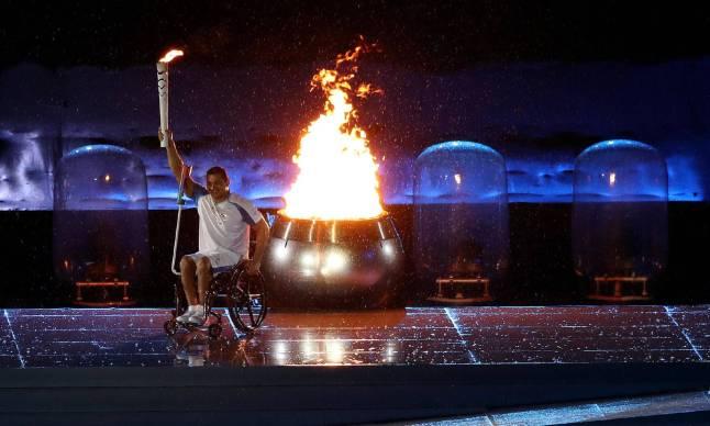 Le nageur brésilien, sextuple champion paralympique, Clodoaldo Silva, allume la vasque de la flamme olympique. (Crédit photo : Marcelo Sayao )