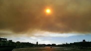 Le 11 août 2016, plusieurs incendies, attisés par des vents violents ont ravagé plus de 3 300 hectares de garrigue et de pinède dans les Bouches-du-Rhône. A Marseille, les nuages de fumée laissaient deviner la gravité de la situation. (Crédit photo : Twitter/@paradoxTwMk / @xMarcelo_20 / @lisevidal )
