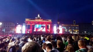 Le 7 juillet, l'équipe de France de football affrontait l'Allemagne lors de la demi-finale de l'Euro 2016. En gagnant 2 à 0, la France a mis fin à une malédiction, depuis 1958 elle n'avait pas réussi à vaincre les Allemands. Le match était donc très attendu comme on peut le voir dans cette fan-zone de Berlin. (Crédit photo : Fabien Laurent)