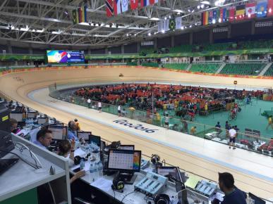 Du 5 au 21 août, les Jeux olympiques de Rio ont plutôt porté chance à nos athlètes français qui finissent 7ème du classement avec 42 médailles au compteur. Avec sa piste en bois, le vélodrome olympique de Rio a été le siège des épreuves de cyclisme sur piste de Rio 2016. (Crédit photo : Facebook /Cody Hollerich)