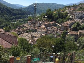 297 morts. C'est le lourd bilan du séisme de magnitude 6 qui a touché le centre de l'Italie le 24 août. Plusieurs villages ont été en partie détruits, comme en témoigne cette photo. (Crédit photo : Twitter/@DantiNicola)