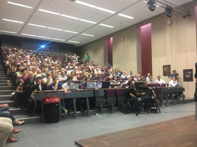 Une centaine de personnes était présente pour cette première table ronde de la journée. Crédit photo : Florian Leyvastre.