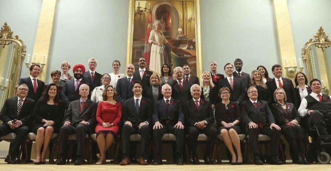 Les trente ministres entourent Justin Trudeau, le 4 novembre, pour la présentation officielle. (Crédit photo: Radio-Canada)