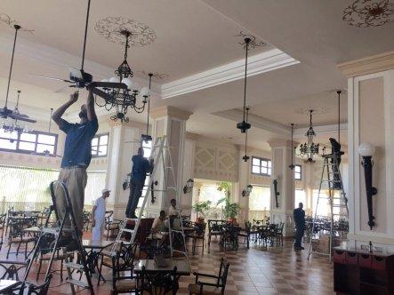 Les employeurs de ce restaurant se préparent à l'ouragan, en enlevant les ventilateurs et éclairages du plafond (Crédit : Twitter/@JohnSimonett)