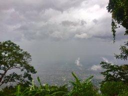 Des collines de Port-au-Prince, la capitale haïtienne, l'ouragan laisse place à l'incertitude. (Crédit : Twitter/ @MaxGLyron).