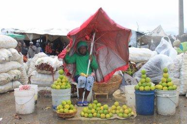 Les marchands d'Haïti à la Salline essaient tant bien que mal de continuer leur activité. (Twitter/Ralphthjo)