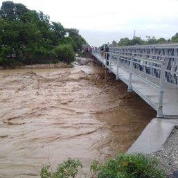Le niveau de l'eau a beaucoup augmenté comme l'observent ces habitants (Crédit : Twitter/@SalimSuccar)