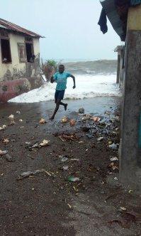 L'ouragan commence à ravager Haïti (Crédit : Twitter/ @studiolouis2000)