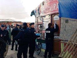 La police arrive dans la Jungle de Calais (Crédit : Twitter @AKerifa).