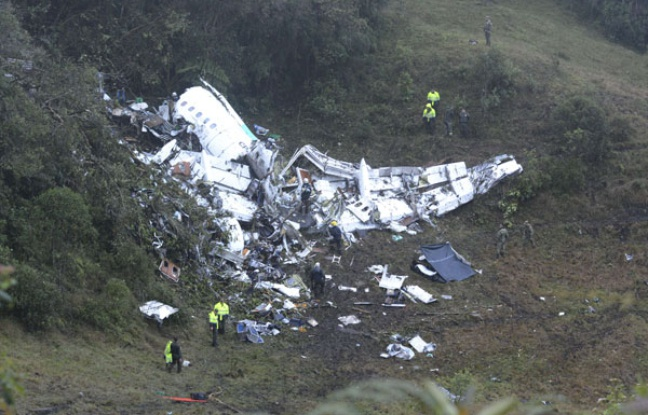 L'avion transportant l'équipe de Chapecoense s'est écrasé dans les montagnes colombiennes, un lieu seulement accessibles par voie terrestre. Les secours ont dû suspendre les recherches à cause des conditions météo. (crédit photo: Luis Benavides/AP/SIPA)