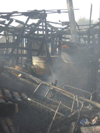 À la suite de bonbonnes de gaz qui ont explosé, une partie de la jungle a brûlé (Crédit : Twitter / Barhumanrights).