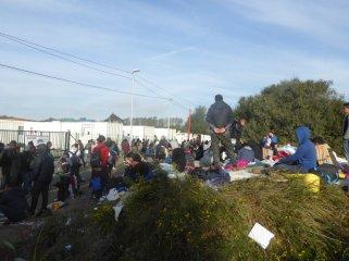 Lors du démantèlement, les enfants ont dû dormir sur des branchages ou à même le sol (Crédit : Twitter / Barhumanrights).