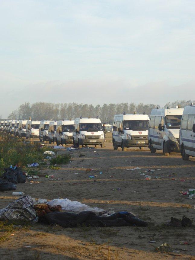 Les CRS sont venus par camions entiers pour démanteler la « jungle » (Crédit : Twitter / Barhumanrights).
