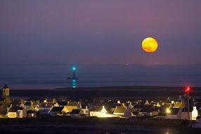 Ici en Bretagne, la Super Lune a pu être capturée par l'objectif des photographes. (Crédit : Ronan Farro)