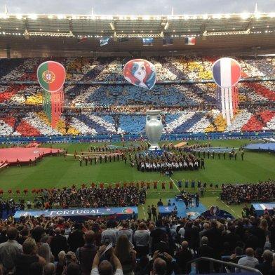 Le 10 juillet, la finale de l'Euro 2016 se joue au Stade de France. Elle oppose la France à l'équipe du Portugal. La foule et l'ambiance sont électriques. Le Portugal de Ronaldo l'emporte 1-0. (Crédit Twitter : @Bilgeninkalesi)