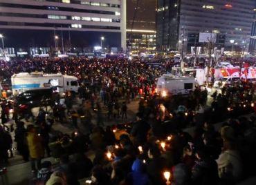 Des manifestations ont eu lieu à Séoul suite au scandale de corruption qui a touché la présidente sud-coréenne Park Geun-hye. Le 9 décembre, l'Assemblée Nationale vote une procédure d'impeachment. (Crédit : Twitter @WalkaboutWanderer)