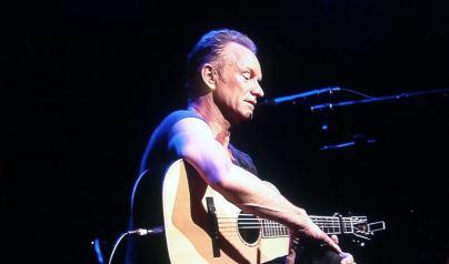 Le 13 novembre, un an après l'attentat au Bataclan, Paris envoyait un signe fort de vie aux terroristes : la réouverture de la salle de concert. Pour cet anniversaire hommage, c'est Sting qui a eu l'honneur d'interpréter ses chansons. (Crédit : Twitter @zazababelle)