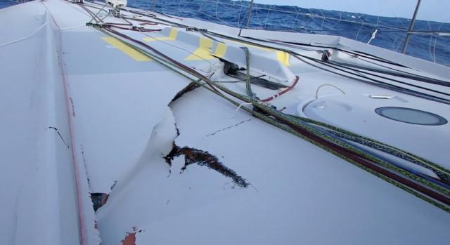 La structure du bateau est très abîmée. Le bateau risque de se disloquer. (Crédit: Thomas Ruyant)