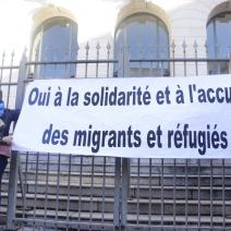 Des banderoles ont été installées par les soutiens à Cédric Herrou. (crédit Maxime Bonnet)