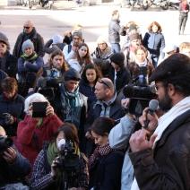 Cédric Herrou tenant une conférence de presse improvisée devant le Palais de justice de Nice. (crédit Maxime Bonnet)