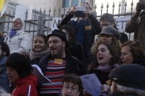 Les habitants de la vallée de la Roya devant le tribunal, chantant en soutien à Cédric Herrou. (crédit Maxime Bonnet)
